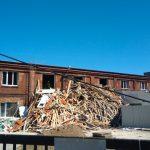 Burzą przedostatni budynek bazy taborów w Strzyży